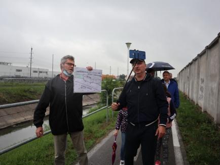 Protest în Oradea, împotriva tăierilor de vegetaţie de pe malul Peţei. 'Birturile nu încurcă pe dig, numai arborii!' (FOTO / VIDEO)