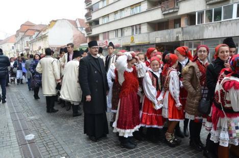 Episcopul Sofronie a primit colindători: Sute de elevi au defilat, în straie populare, prin Oradea (FOTO / VIDEO)