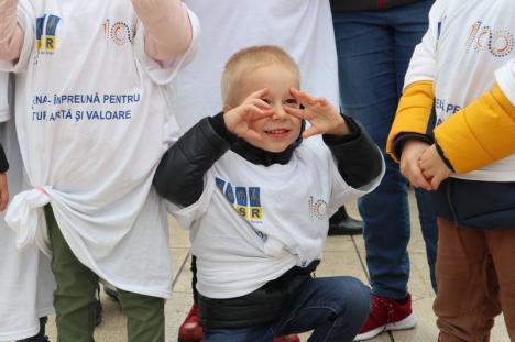 Marșul mănușilor albe: Surzii din Oradea, părinţi şi copii, i-au salutat pe concitandii lor într-un marş de sensibilizare a comunităţii (FOTO / VIDEO)