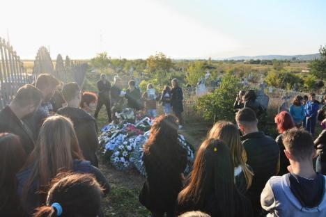 Marș al tăcerii la Ţeţchea, în amintirea tânărului ucis cu motocoasa, care ar fi împlinit vineri 20 de ani: 'Vrem dreptate!' (FOTO / VIDEO)