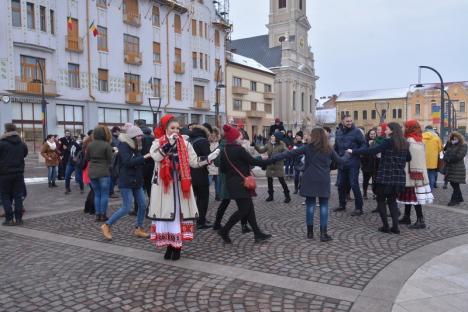 Etno-Mărţişorul: Studenţii şi profesorii au sărbătorit 1 Martie cu un flashmob de Cartea Recordurilor şi dansuri populare (FOTO/VIDEO)