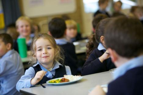 O masă caldă: Elevi din patru şcoli din Bihor vor primi gratuit pachete cu mâncare