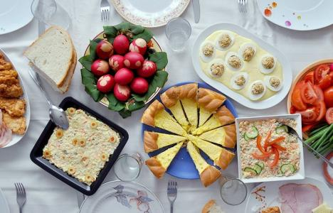 Românii se întreabă dacă pot merge la părinţi, la masa de Paşte. Ce le răspund autorităţile