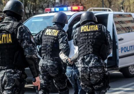 România tuturor posibilităţilor: Poliţist lovit şi dezarmat de şoferul unui camion cu lemne şi de un pădurar