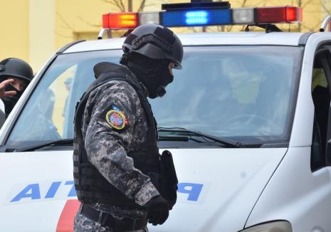 Scandal într-un sat din Bihor: 12 indivizi s-au bătut pe stradă, fiind calmați doar de mascaţi. 7 au ajuns la spital