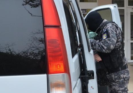 """Percheziții cu mascați în Bihor: Cinci afaceriști, acuzați de un """"tun"""" de aproape un milion de euro!"""