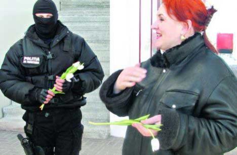 Glumă de mascaţi: au descins în forţă la vama Stânca şi... au oferit flori