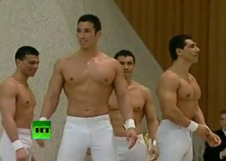 Striptease masculin pentru Papa Benedict, la Vatican (VIDEO)