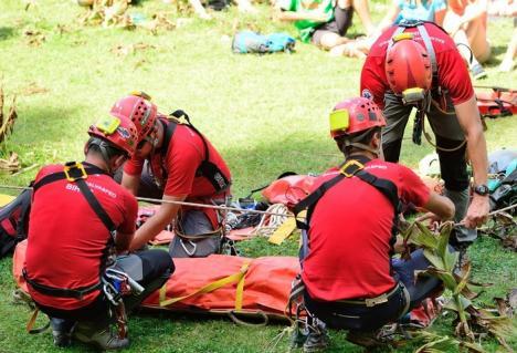 MASH în Padiş: Tinerii învaţă cum să devină salvatori de urgenţă