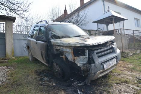 Piromanul care a incendiat maşina fostului consilier bisericesc din Sărand a fost prins: Este un tânăr de 19 ani din Vârciorog