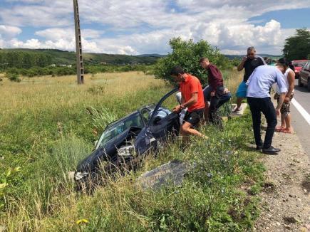 Accident rutier lângă Aleşd: O maşină a ajuns în şanţ, iar o persoană a fost rănită (FOTO)