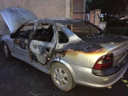 Atac mafiot: Maşina unui jurnalist de investigaţii de la PressAlert a fost incendiată! (FOTO)