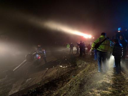 Pompieri şi scafandri din două judeţe caută, de două zile, trupul unui bărbat care s-a răsturnat cu maşina în apă lângă Aleşd (FOTO)