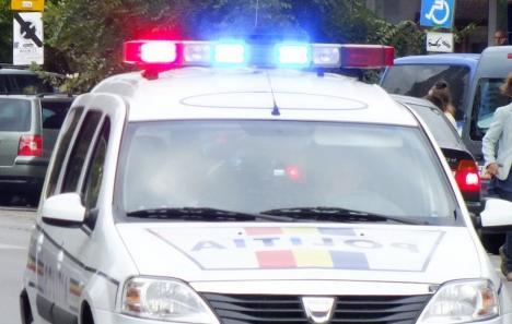 Aventuri de vacanţă: Un puştan din Bihor a furat maşina bunicului său şi s-a răsturnat cu ea pe podeţul unei case