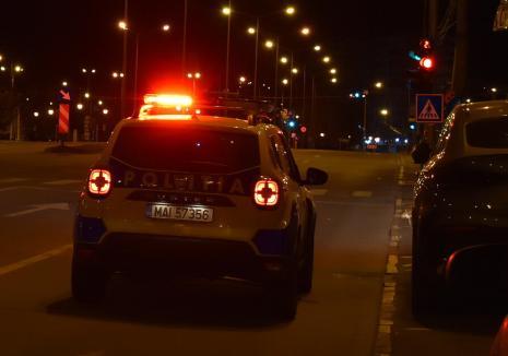Doi adolescenţi din Bihor reţinuţi de poliţişti, după ce au furat o maşină şi au făcut accident
