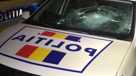 'Încălţat' cu amenzi de peste 10.000 lei, un protestatar 'anti-mască' din Bihor şi-a ieşit din minţi şi a distrus două autospeciale de Poliţie. Acum a fost reţinut