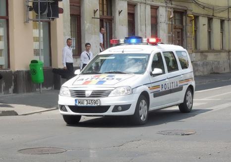 Beat, fără carnet şi urmărit de Poliţie, un orădean s-a proptit cu maşina în poarta unei case