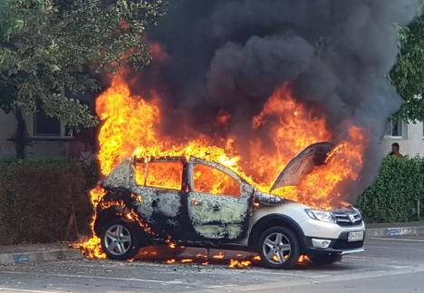 O mașină a ars complet într-o parcare din Oradea (FOTO / VIDEO)