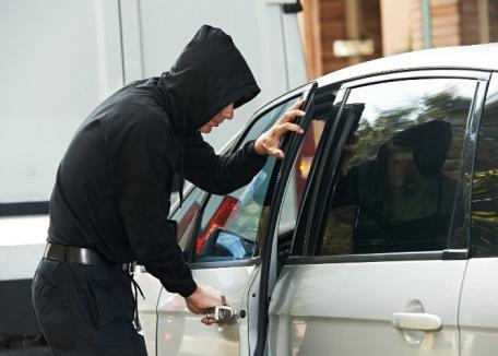 Prinşi în flagrant: Doi orădeni furau bani şi bunuri din maşini cu un dispozitiv special, care deschide portierele.Au dat 'lovituri' în parcările Lotus şi ERA Park