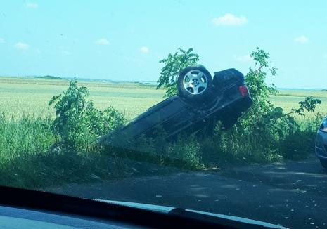 Accident lângă Cauaceu: Un Audi a ajuns în șanț cu roțile-n sus
