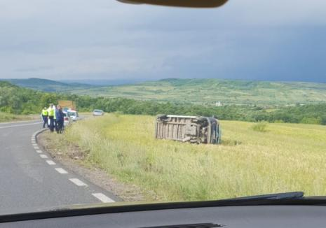 O dubiță s-a răsturnat pe DN 76: Şoferul, un tânăr din Oșorhei, transportat cu elicopterul SMURD la Cluj!