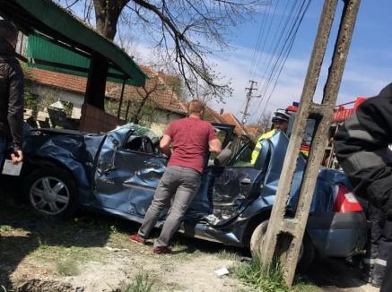 Accident mortal în Bihor: Un bărbat a intrat cu maşina într-un stâlp de pe marginea drumului