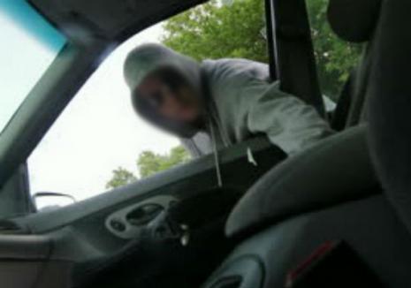Atenţie la hoţi: Un bărbat din Bihor a rămas fără banii uitaţi în mașina din faţa casei