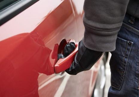 Un hoţ din Oradea a 'lovit' în deplasare. A furat o maşină în satul Leş cu care s-a oprit într-un canal colector