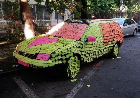 """Declaraţie de dragoste sau pedeapsă? O maşină parcată neregulamentar în Oradea a fost """"îngropată"""" peste noapte în sute de post-it-uri colorate"""