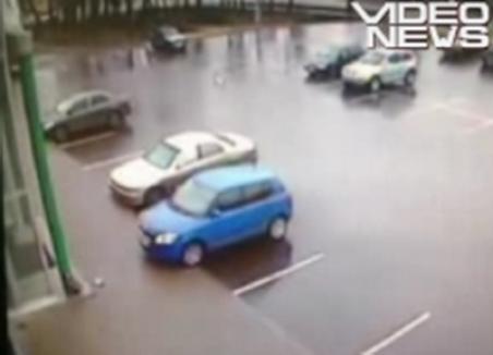 Cum să intri cu maşina în stâlp, încercând să ieşi din parcare (VIDEO)