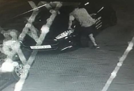 Cinci mașini, vandalizate în Oradea! Beat criță și furios, un tânăr le-a lovit și a dat cu pietre în ele (FOTO / VIDEO)