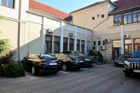 Totu-i rezolvat, doar maşini le mai trebuie: Consiliul Judeţean Bihor vrea mai multe autoturisme pentru instituţiile subordonate