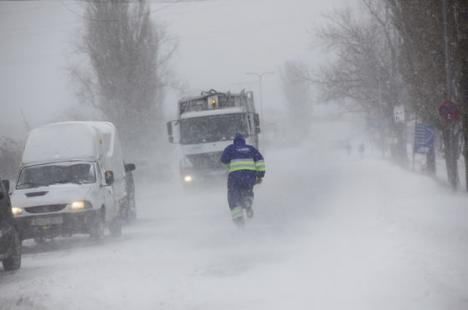 România sub zăpadă: Trenuri cu sute de călători, oprite în vestul ţării şi zeci de localităţi fără curent
