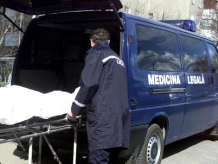 Cadavru în descompunere, într-un apartament pe strada Iza