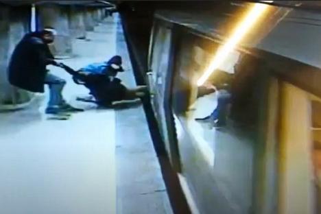 În ultima clipă! O adolescentă care s-a aruncat pe șinele de metrou a fost salvată de martori (VIDEO)