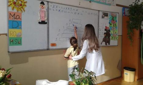 Micii Sanitari: Studenţii de la Medicină îi învaţă pe elevii bihoreni cum să rămână sănătoşi (FOTO)
