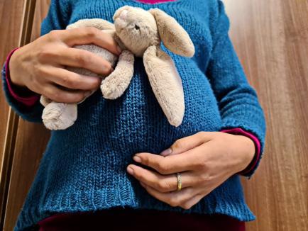 Micile mămici: În loc să-și trăiască tinerețea, aproape 300 de adolescente din Bihor devin mame, în fiecare an (FOTO)