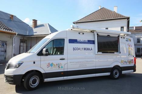 Nu mergi la şcoală? Vine şcoala la tine! Prima şcoală mobilă din România, înfiinţată într-un oraş din Transilvania (FOTO)