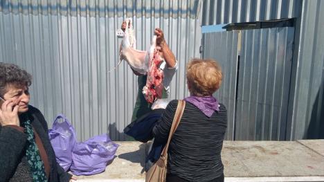 Piaţa de miei din Ioşia: Oierii se plâng că-şi dau marfa la preţuri prea mici, cumpărătorii de scumpete, doar măcelarii fac bani frumoşi (FOTO)