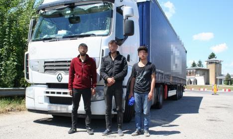 Sub TIR: Trei sirieni au vrut să fugă din țară prin vama Borș, ascunși pe șasiul unui camion