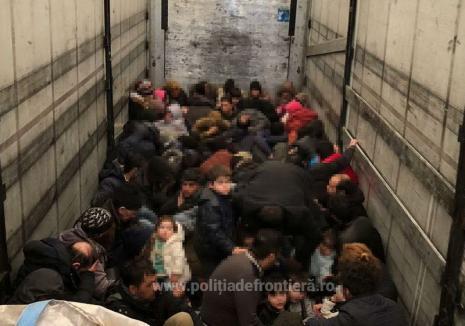 Captură record în vama Borş: 79 de migranţi prinşi în timp ce încercau să fugă din țară ascunşi într-un TIR! (VIDEO)
