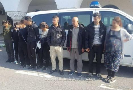 Nouă migranţi din Irak şi Maroc au încercat să iasă ilegal din ţară cu ajutorul unei călăuze bulgare, care a fugit de poliţişti (VIDEO)