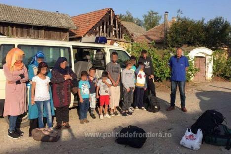 13 migranţi din Siria şi Irak, găsiţi într-un Mercedes Vito în apropierea graniţei cu Ungaria