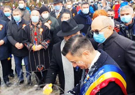 Primarul de Iaşi a fost atacat cu iaurt la festivităţile de Ziua Unirii