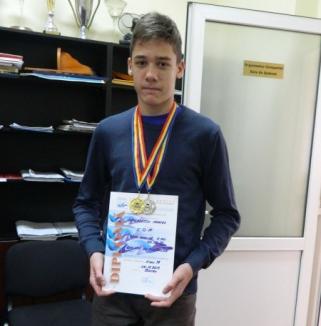 Tinerii înotători orădeni remarcaţi la CN de poliatlon de la Bacău: Orădeanul Mihnea Dăscălescu a bătut un record naţional vechi de 29 de ani!