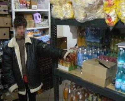 Un adolescent de 16 ani care a vrut să fure dintr-un magazin a ameninţat paznicii cu un cuţit