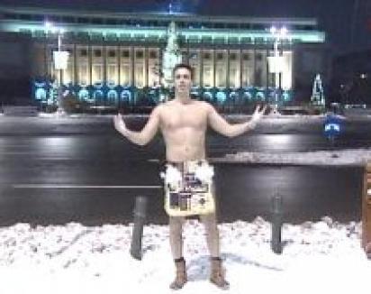 Mircea Badea, gol şi cu pene în Piaţa Victoriei (VIDEO)