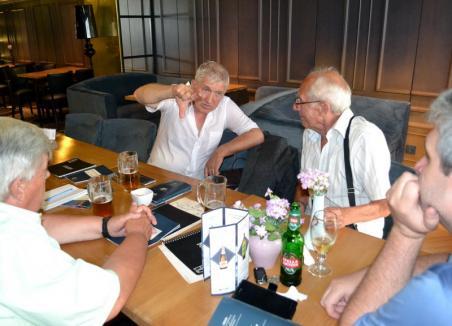 Omul cu ARO-ul: Europarlamentarul Mircea Diaconu s-a întreţinut cu orădenii ud leoarcă, după ce şi-a uitat decapotabila descoperită (FOTO)
