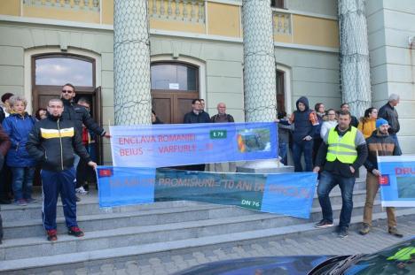 Protest la Ştei din cauza stării DN 76: Oamenii se tem că nu vor apuca să vadă 'Dezastrul Naţional 76' reabilitat (FOTO / VIDEO)
