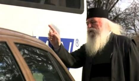 Cu ajutorul Domnului: Mitropolitul Banatului, bihoreanul Ioan Selejan, a dirijat traficul într-o intersecţie din Timişoara